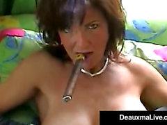 Couguar sexy de Smokin Deauxma cogne son trou de sperme et m enlace un trou avec un cigare