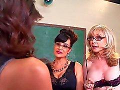 2 professeurs de MILF mettront la main jeune fille