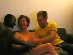 fru med svart kille