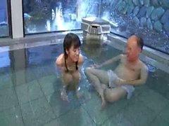 Galo vovô na casa de banho