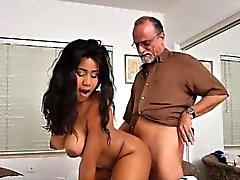 Грудастая подросток Таре Foxx использует ее старый богач Поклонник