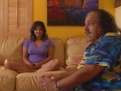 Sunny Leone se masturber dans la salle de bain