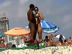 Çıplak sahilde siyah adam kalma Seksi beyaz kız