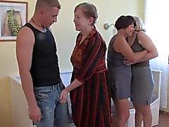 3 Grannies chupar e foder um galo jovem e Each Other