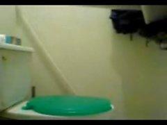 Camara oculta ile espiando a una edecan tr el Tuvalet