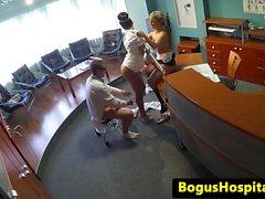 Voyeur sur bureaux à trois voies avec l'infirmière et de médecin