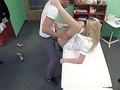 Sexigt blondinen sjuksköterska fucks patienten