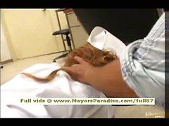 Poussin japonais AV est d'un Naughty Nurse en belle lingerie