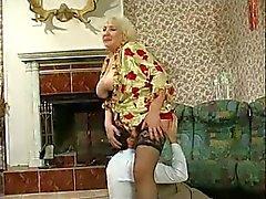 Rondborstige Granny Fucked