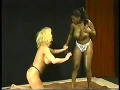 Vintage interracial anal Sex mit 1 vollbusige blonde Schlampe