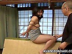 Ligoté asiate se Fessée et gode baisée