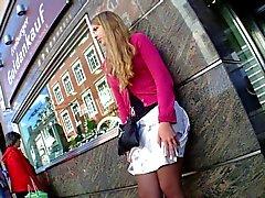 Hot Girl Untern Rock geschaut Voyeure Nettes Kleid Beine Bushalte