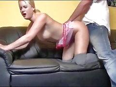 Tyska Blondiner tar varm Creampie på soffan