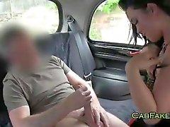 Dude eet en neukt geschoren kutje in taxi