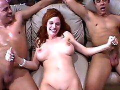 Herrliche Rothaarige Frau hat zwei gehangen Jungen ihre sexuellen Bedürfnisse zu erfüllen