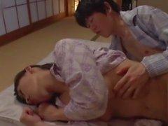 Curieux beau-fils enfonce sa bite dans la belle-maman pendant qu'elle dort