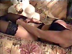 Hidden cam fångsterna mamma ensamma hemma onanerar på couch