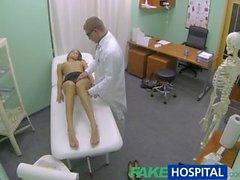 FakeHospital fille chaude avec de gros seins obtienne un traitement de médecins