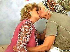 İki grannies ve eğlenmeyi iki gençler