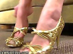 Les pieds de whtie branlent une saucisse africaine graisses