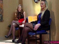 Abbey Brooks accompagne les sa belle-fille un entrevue d'emploi