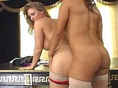 2 Hot Women kanssa hieromasauva sukkia