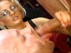 Подозрительный бисексуалов шеф оральным сексом