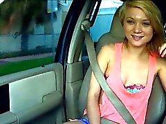 Teen cute Dakota del Skye salta un cazzo ragazzi al volante