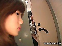Bir içinde tuvalet pissing karşın asyali Teen tatlı twat gösterilmiştir