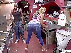 Nikki Sexx обладает огромными сиськи для подвесной черный парень
