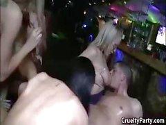 Geiles Girls haben Kontrollbereiches am zu rauschenden Festen rechts springen in