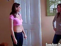 La cerise et Sara exhibant leurs la force
