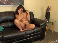 Seksi Latina Annie Cruz onun cootch ile oynuyor ve canlı kamerada pozlar