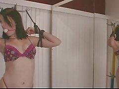 Cute brunette in floral ondergoed krijgt terughoudend met touwen voor spiegel