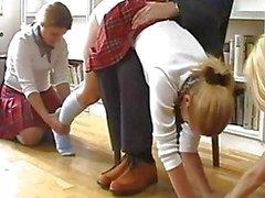 Schoolmeisjes afgedroogd En Caned