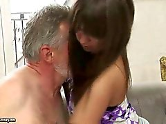 Nasty tiener heeft seks met oude man