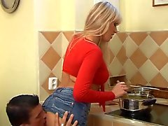 Hete rondborstige blonde Assbanged In Keuken