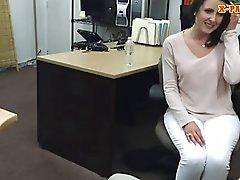 Individuo de peón folla a sus los clientes la esposa atractiva del dentro de su la oficina