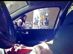Индийский парень выставка петух в автомобиля