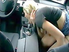 zie neukt haar Auto