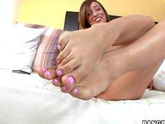 étudiant de nu avec la chatte chauves Melanie Jane reprend la pointe des pieds consommées