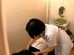 Akane Yoshinaga Asian Teen in der Schuluniform reitet Hahn