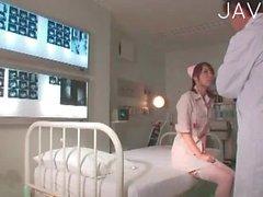 Chaud infirmière est de les rollers au pieds