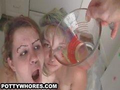 Zweier Girls Trink frische verarschen einem Glas