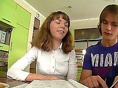 Teenagers трахаются на кухонный стол