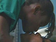 Chico asiático japonés folla chica de ébano negro en el hospital