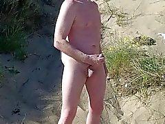 эксгибиционистом шотландский показывающий на пляже в