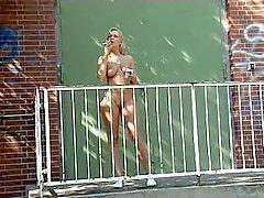 Alaston tyttö tupakointi ulkona