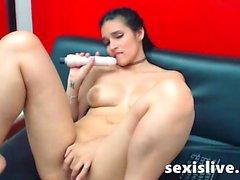 Brunette Milf trinken Milch aus ihren großen Titten