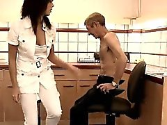 Bystig asiatiska teen Dokter Petra testar hälsoproblem